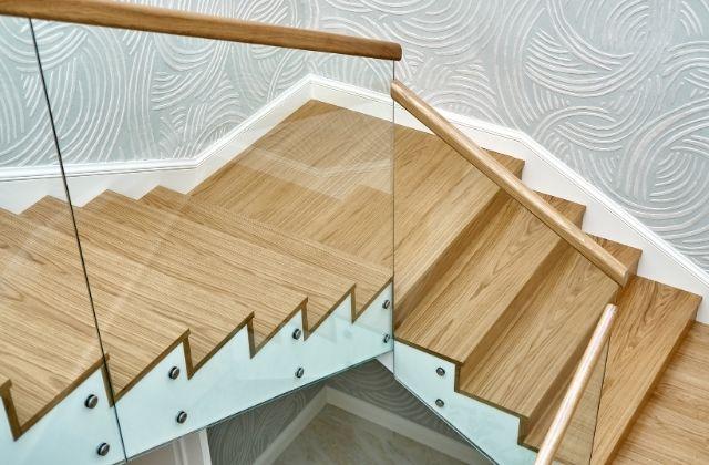 Szklana balustrada zamontowana przy schodach przez HouseKrup