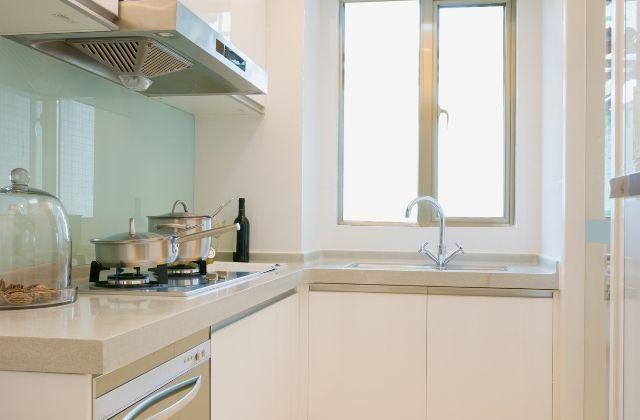 Lacobel w kuchni zamontowany przez firmę HouseKrup z Krakowa